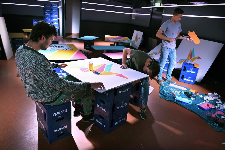 Studenten van studentenvereniging Quintus proberen nieuwe tafels te maken die corona-proof zijn.  Beeld Marcel van den Bergh / de Volkskrant