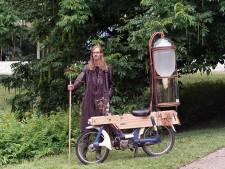 Gijs (25) schoffelt acht uur lang in de Musis-vijver om zijn slootmotor te kunnen laten rijden: 'Goed voor het milieu'