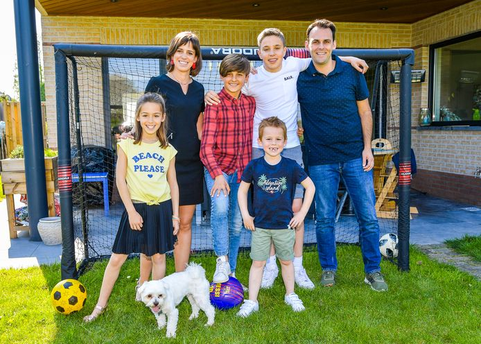Jérôme Arens (rood) en Matthias Pieklak (wit) in de tuin bij hun gastgezin: mama Linsey Wyns, papa Cedric Vanlulle en hun kindjes Febe en Sam.