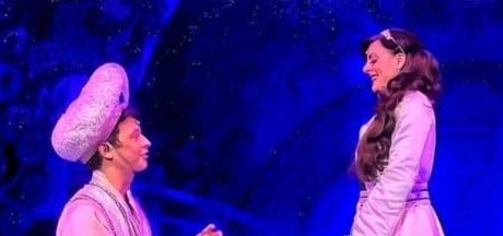 Quand Aladdin demande Jasmine en mariage devant un public charmé