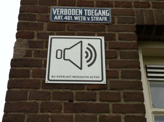 Een bordje op de muur van het schoolgebouw aan de Limoslaan in Nijmegen waarschuwt voor de mosquito. foto DG