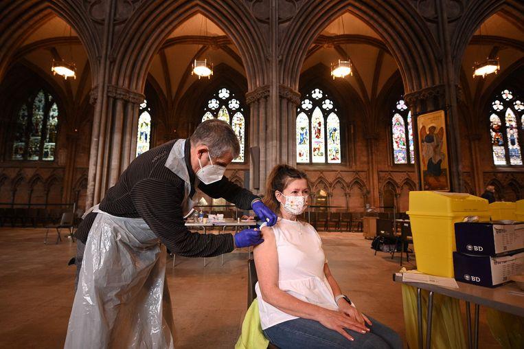 Een vaccinatieprik wordt toegediend van AstraZeneca/Oxford in de Lichfield-kathedraal. De kathedraal is tijdelijk omgetoverd tot een vaccinatiecentrum. Beeld AFP