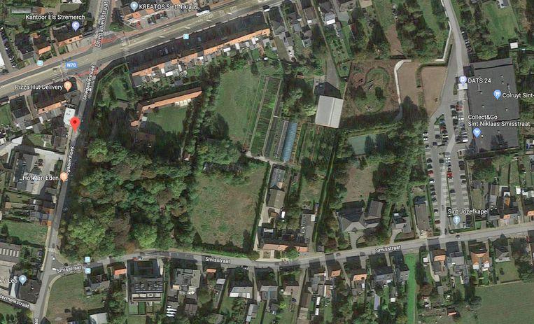 Het veelbesproken bos, tussen de Smisstraat (onder) en Driegaaienhoek (links), met uiterst rechts de Colruyt-supermarkt en centraal de zone waar het nieuwe woonproject met 80 appartementen zou komen.