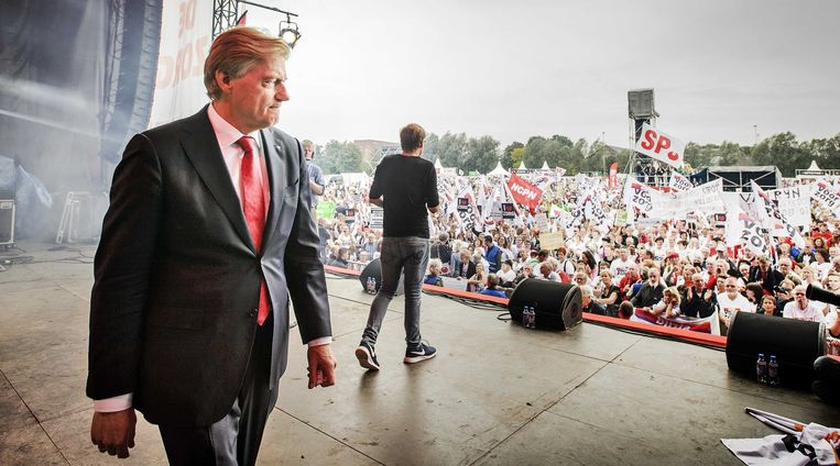Martin van Rijn, staatssecretaris van Volksgezondheid, Welzijn en Sport, na afloop van een speech in het Westerpark voor demonstranten tijdens de Red de Zorg demonstratie. Beeld anp