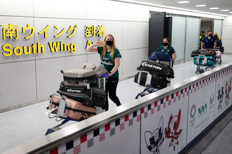 Het Australische softbalteam komt aan in Tokio. Beeld AP