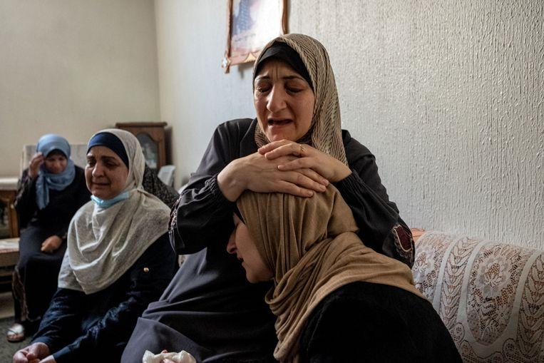 Een Palestijnse familie rouwt om een man die werd gedood tijdens een Israëlische aanval op Gaza. Beeld Getty Images
