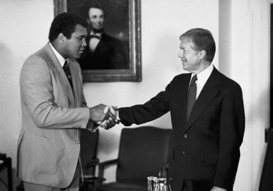 Februari 1980: Ali, die toen al was gestopt met boksen, schudt president Jimmy Carter de hand in het Witte Huis.