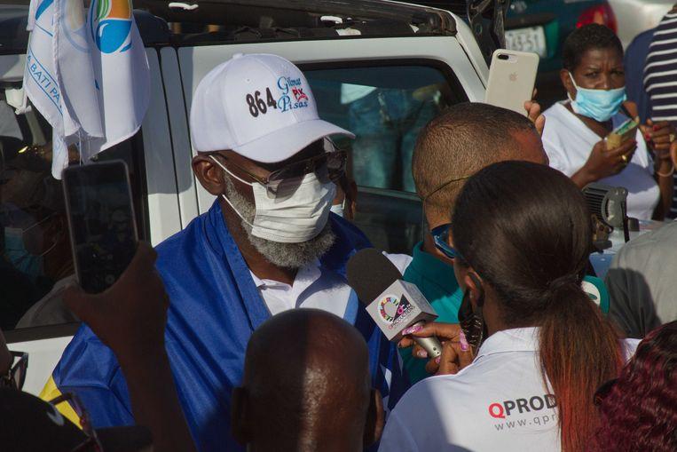 Partijleider Gilmar 'Pik' Pisas (MFK) staat de pers te woord op de dag van de verkiezingen. Beeld ANP