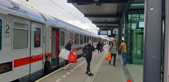 De internationale trein naar Berlijn op station Deventer.