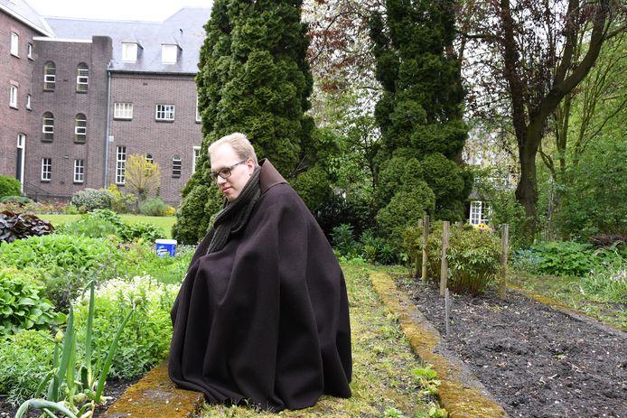 Franciscaner broeder Hans-Peter Bartels in de kloostertuin, een oase van rust middenin de stad.