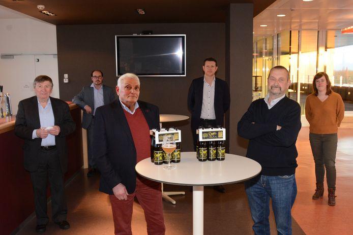 Burgemeester Luc De Ryck, Didier Van Riet en voorzitter Dirk Mettepenningen bij de voorstelling van het bier. Op de tweede rij Soames Maes van de Objectieve Kaaischuimers, penningmeester Davy De Gendt en bestuurslid Eveline Claus.