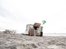 Handhavers tegen strandtenthouders: 'Geen picknicktafels op het zand'