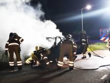 Auto vliegt spontaan in brand bij Hardenberg, bestuurster ongedeerd