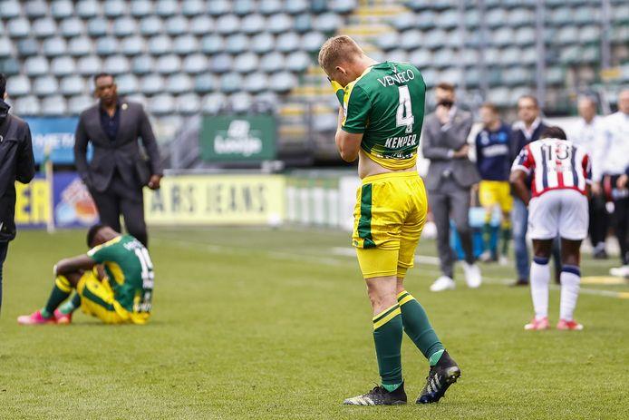 ADO Den Haag degradeert uit de Eredivisie. Boy Kemper verbergt van schaamte zijn gezicht. Foto: ANP