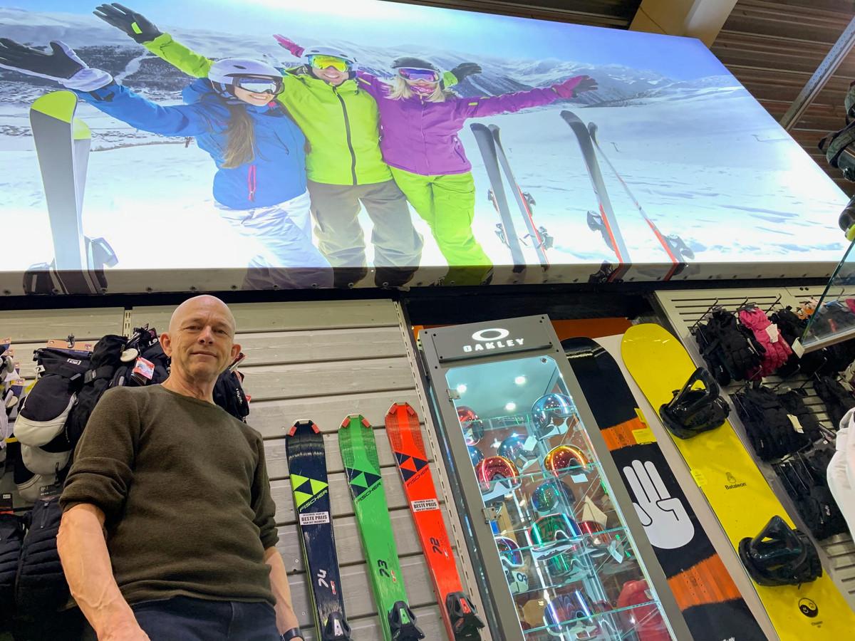 Theo van der Ploeg in zijn sportwinkel.