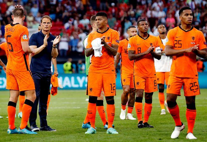 Frank de Boer en zijn spelers treuren na de uitschakeling.