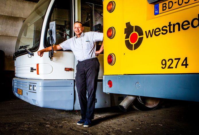 Kevin Strijker bij een van zijn bussen in Westmaas.