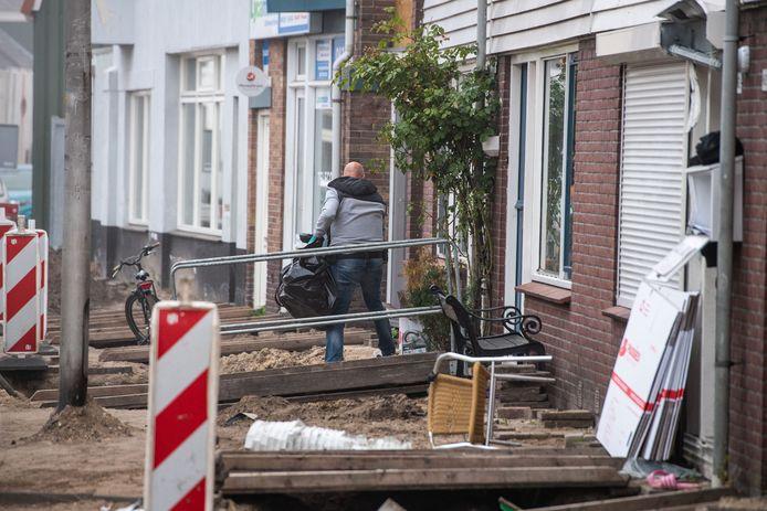 In de Almelose Nieuwstraat werden dinsdag meerdere woningen doorzocht.