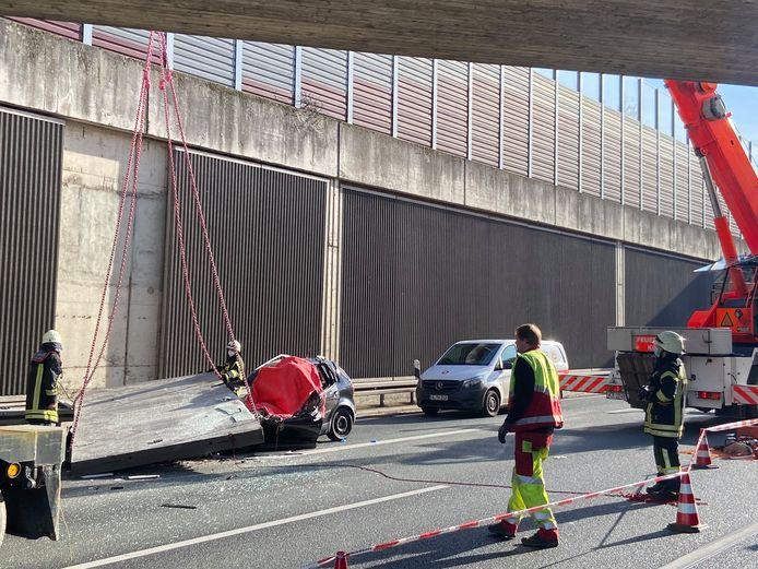 Pas in de middag werd de plek van het ongeval veilig genoeg bevonden om de hijskraan zijn werk te laten doen.