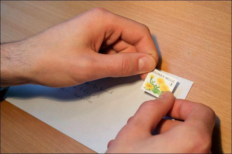 Verschillende bedrijven kiezen bewust voor oude postzegels. Beeld Photo News