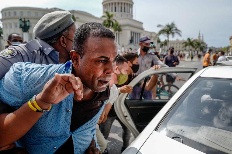 Archiefbeeld. Een man wordt gearresteerd tijdens een antiregeringsdemonstratie in hoofdstad Havanna. (11/07/2021) Beeld AFP