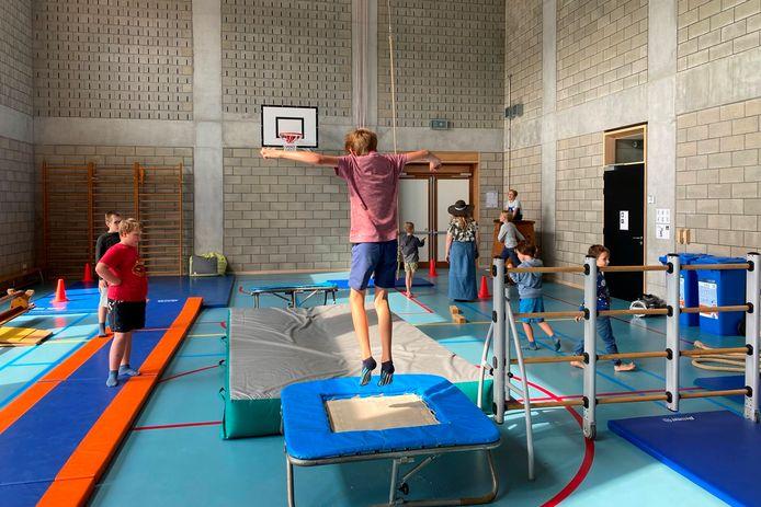 Wie het even wat actiever wil doen, kan tijdens het kamp van FantASStisch terecht op een hindernissenparcours in de sporthal.