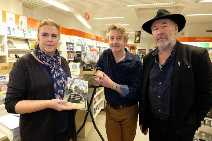 Ria Moens, weduwe van auteur Dirk Van Engeland, en Jan en Kris De Smet op de boekvoorstelling van 'Getekend door de oorlog'.
