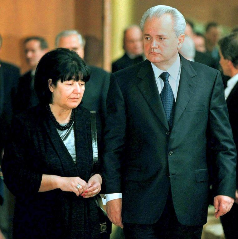 Mira Markovic naast Slobodan Milosevic in 2000. Beeld EPA