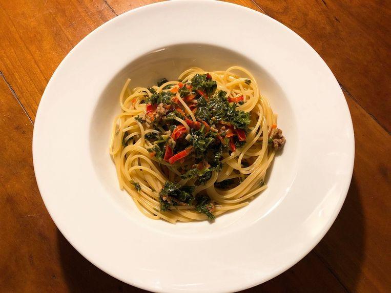 Spaghetti met boerenkool en paprika. Beeld Onno Kleyn