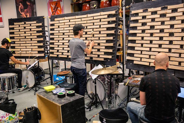 Muzikanten bespelen de W.A.L.L., een 7,5 meter brede microtonale marimba.  Beeld Arie Kievit