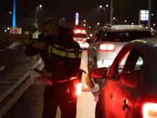 Tientallen boetes uitgedeeld bij grote politiecontrole langs A2 na ingang van avondklok, landelijk 3600 boetes en 25 mensen aangehouden