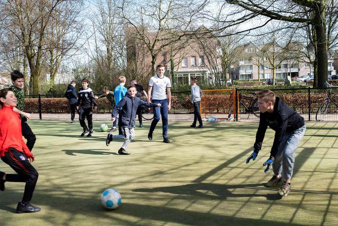 Als het om een spontaan partijtje voetbal gaat, mogen kinderen jonger dan 12 met meer dan vier voetballen.