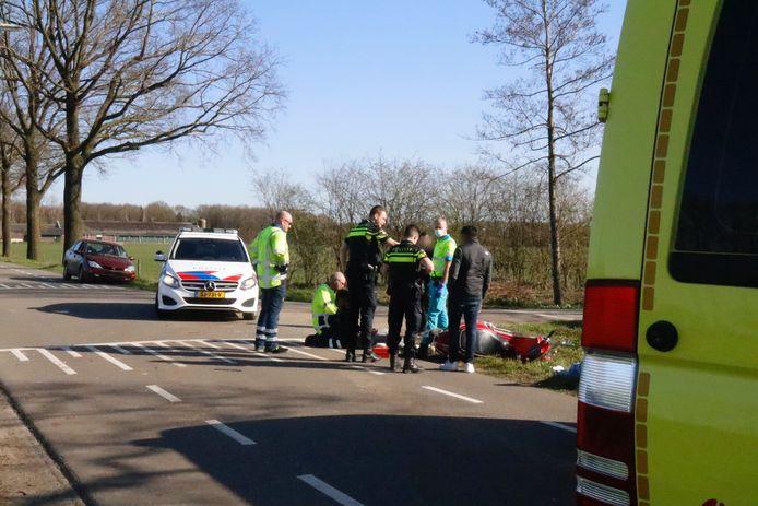Het tweetal reed op een scooter over de Hapseweg bij Beugen, waar het bij de kruising met In Het Spiek mis ging. Een automobilist wilde de scooter inhalen, toen de scooter plots linksaf sloeg.