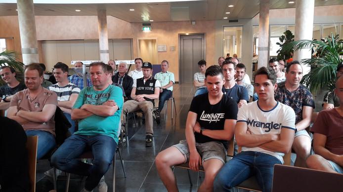Leden van SCHM Mariaheide volgen in Sint-Oedenrode het debat over nieuwe huurtarieven voor sportclubs in Meierijstad.