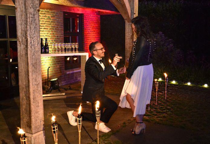 DJ Frank van 't Hof vraagt zijn vriendin Coco ten huwelijk.