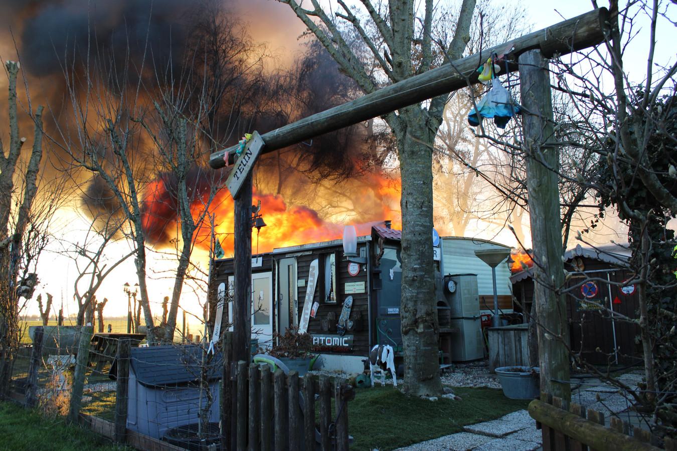 Op camping De Hollandse Boerderij brandden vrijdag twee chalets af.