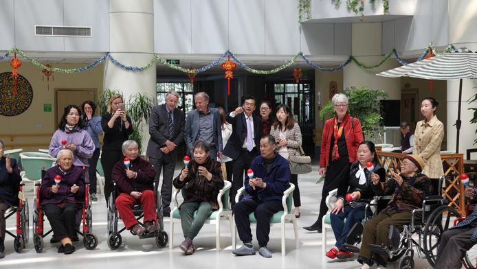 Een Haagse delegatie op bezoek in het 'Haagse' verpleeghuis in Suzhou. Jan Booij staat achterin (grijs pak).