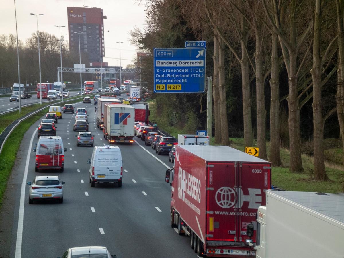 De meeste luchtvervuiling in Dordrecht wordt veroorzaakt door verkeer, zoals op de A16.