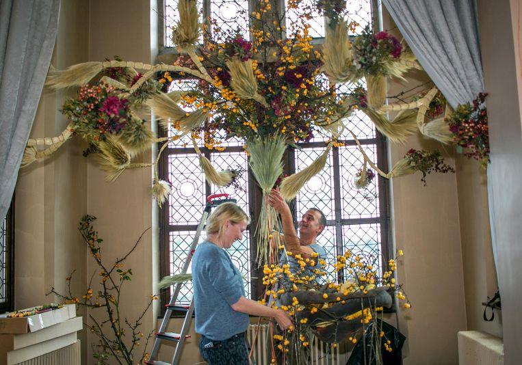 Nele Ost en medewerker Marco aan het werk met de creatie van één van de topstukken op de expo.