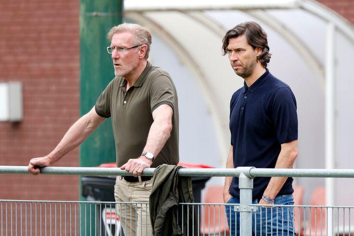 Hans van Breukelen, voetbalcommissaris bij PSV, en directeur voetbalzaken John de Jong.