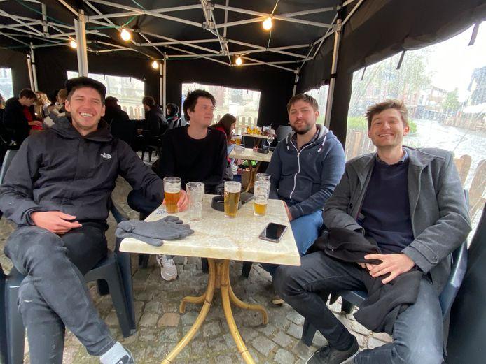 De vier vrienden genieten van hun eerste frisgetapte pint in 7 maanden