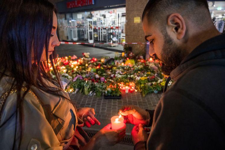 Bloemen in Würzburg op de plek van de fatale steekpartij.  Beeld Getty Images