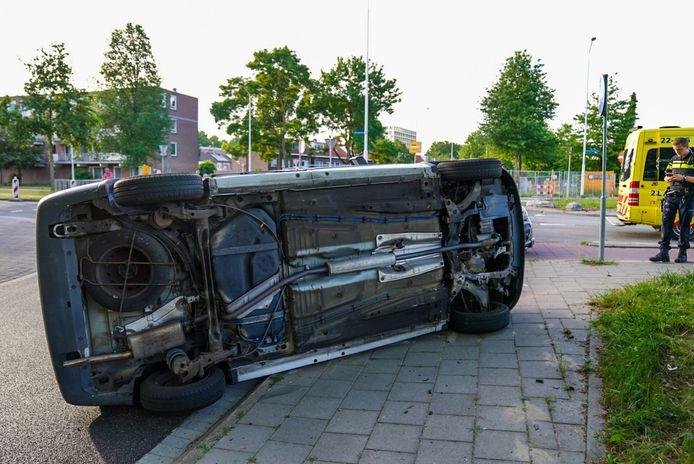 Bij de botsing raakte een auto op zijn kant in Eindhoven