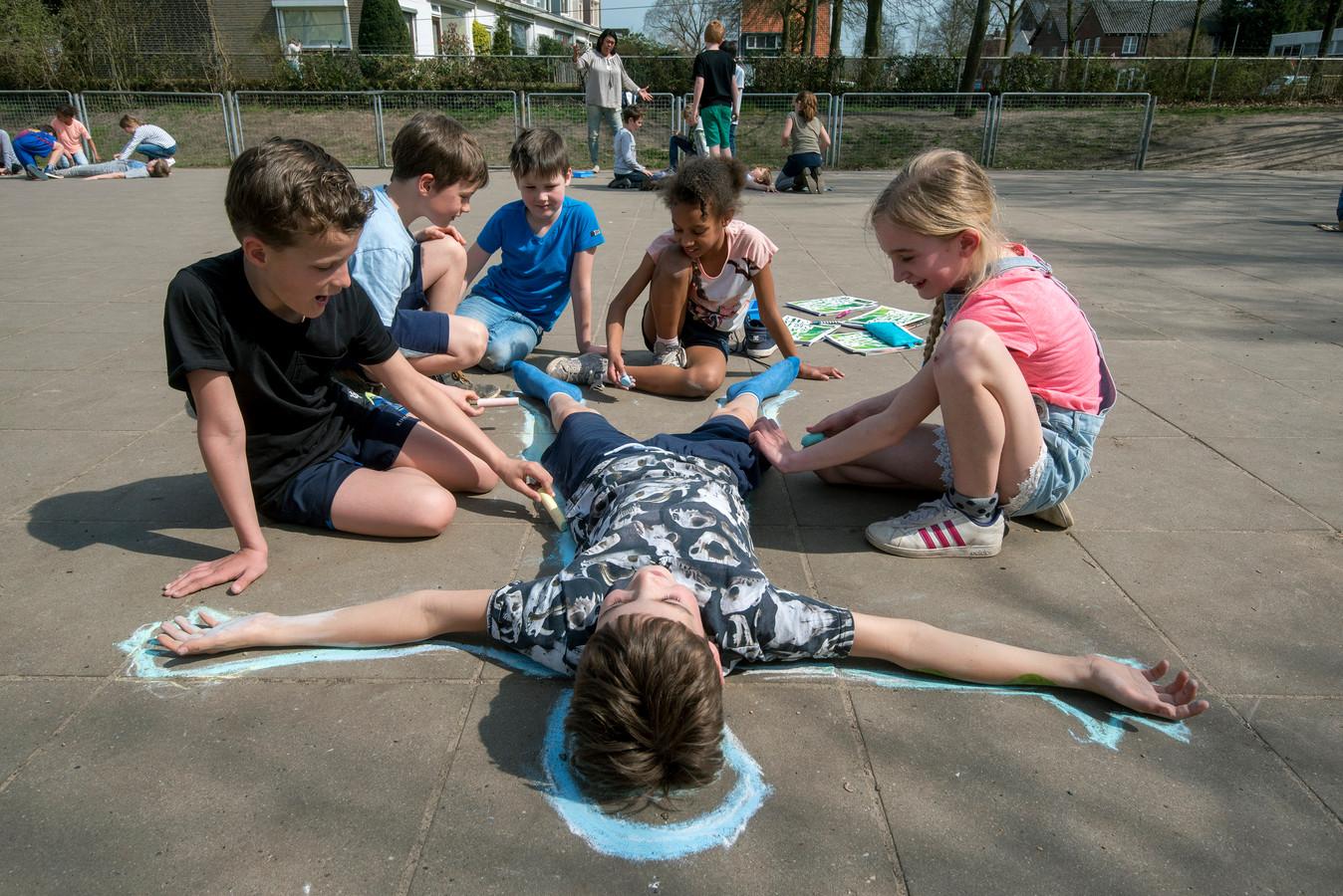 Leerlingen van basisschool De Holtbanck in Rheden, een van de scholen van PCBO Rheden, krijgen op deze archieffoto buiten les.