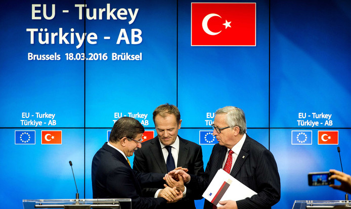 Minister-president van Turkije, Ahmet Davutoglu, Voorzitter van de Europese raad, Donald Tusk (midden) en Voorzitter van de Europese Commissie, Jean-Claude Juncker (rechts) vorig jaar op een Europese top.