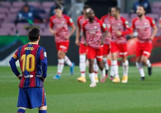 Messi kijkt toe hoe Granada de 1-2 viert.