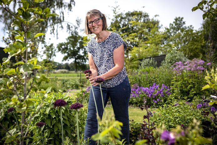 Olga van Ekelenburg in haar nieuwe tuin aan de Bornsedijk.