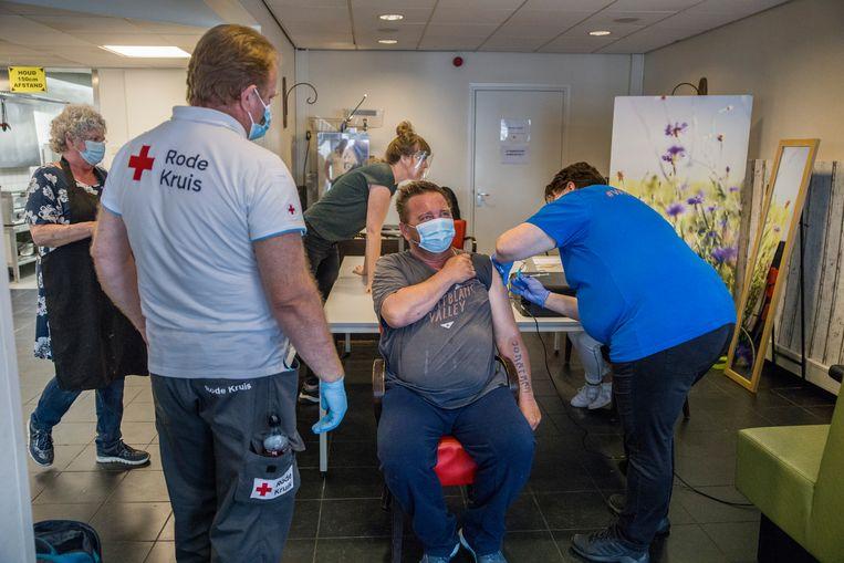 Mobiele prikteams van het Rode Kruis vaccineren moeilijk te bereiken bevolkingsgroepen, zoals hier in Dordrecht.  Beeld Arie Kievit