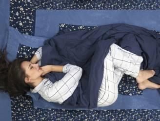 De verrassende reden waarom op je zij slapen gezond is