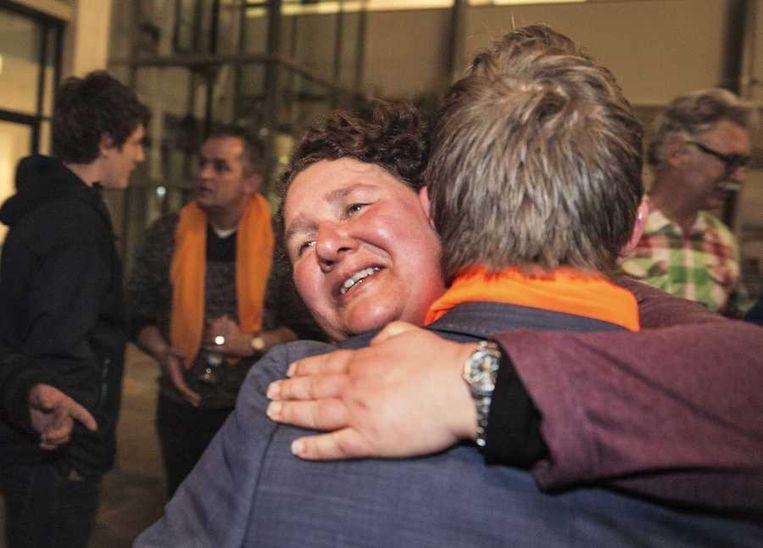 Lilian Janse, de eerste en enige vrouwelijke lijsttrekker van de SGP, wordt gefeliciteerd tijdens de uitslagenavond van de gemeenteraadsverkiezingen in het stadhuis van Vlissingen. Beeld anp